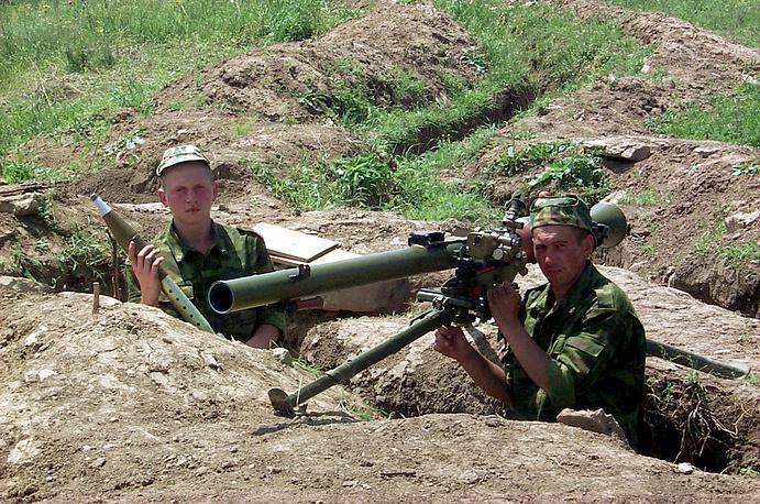 Одно из подразделений внутренних войск МВД контролирует дорогу, ведущую из Ножайюртовского района Чечни в Новолакский район Дагестана, 2000 год