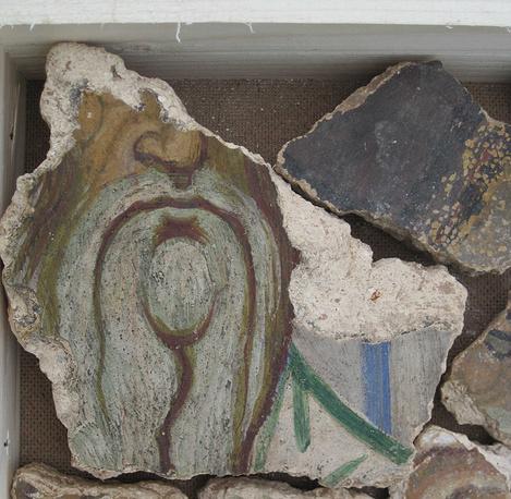 Фрагмент фрески начала XII века, найденной на археологических раскопках Института археологии РАН в 2014 году в Георгиевском соборе Юрьева монастыря в Великом Новгороде