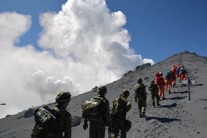 Неожиданное извержение вулкана началось в субботу, 27 сентября. В тот же день спасателям удалось эвакуировать более 200 человек