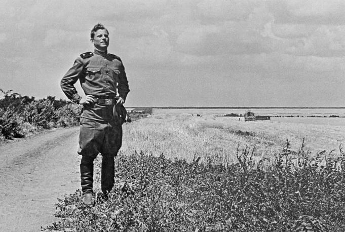 """Последним актом СССР о воинской обязанности был закон """"О всеобщей воинской обязанности"""" от 1967 года. На фото: возвращение солдата в родное село после срочной службы в Советской Армии, 1960 год"""