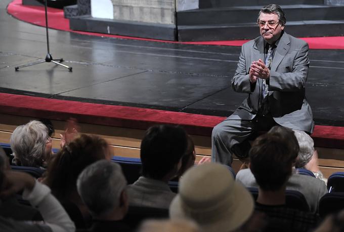 Художественный руководитель Московского театра Сатиры Александр Ширвиндт во время сбора труппы театра перед началом театрального сезона, 2009 год