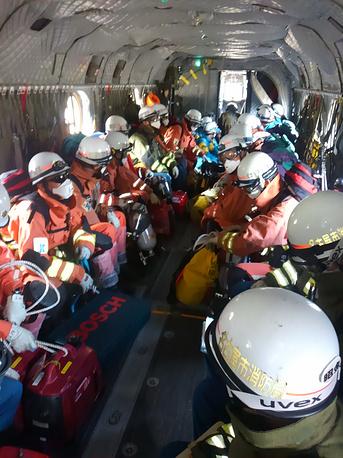 В числе спасательной группировки - около 800 военнослужащих японских сил самообороны, пожарных и полицейских