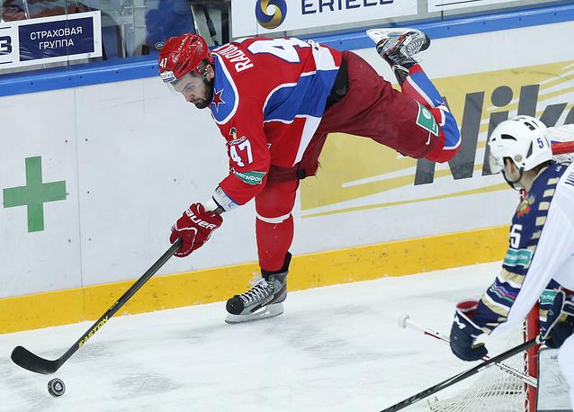 Александр Радулов демонстрирует что-то из фигурного катания