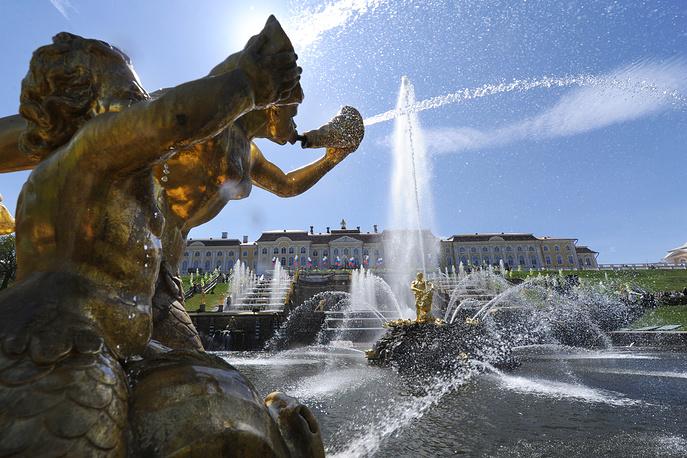 Большой каскад - главное сооружение фонтанной системы Петергофа. В настоящий момент входит в число самых крупных фонтанных сооружений мира
