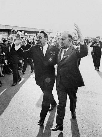Генеральный секретарь ЦК КПСС Леонид Брежнев и первый секретарь КП БКП Тодор Живков в аэропорту Софии, 1971 год