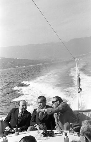 Генеральный секретарь ЦК КПСС Леонид Брежнев (справа) и президент США Ричард Никсон (в центре) во время морской прогулки в Крыму, 1974 год