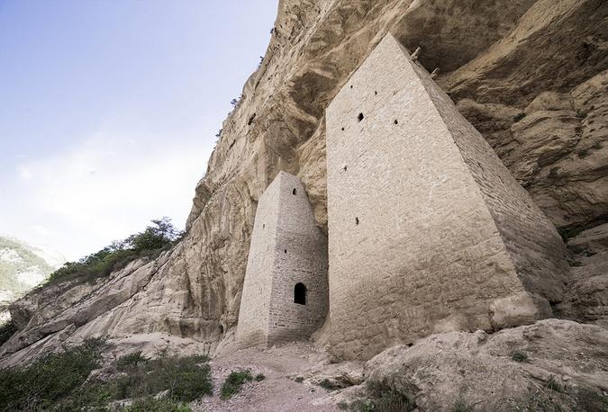 Ушкалойские башни, встроенные в выемку скалы, находятся между селениями Гучум-Кале и Ушкалой Итум-Калинского района на правом берегу реки Чанти-Аргун.