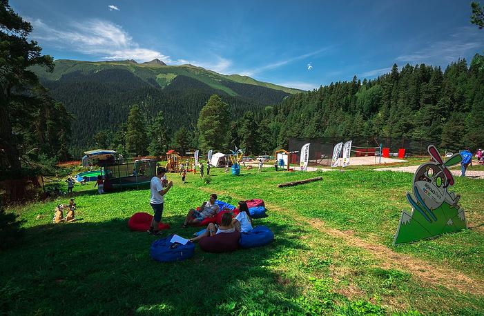Зона отдыха для гостей палаточного лагеря. Лагерь полностью оборудован для проживания, обеспечен водой и электроэнергией, водоотведением, санитарно-гигиеническими удобствами, услугами беспроводной связи и беспроводным интернетом.