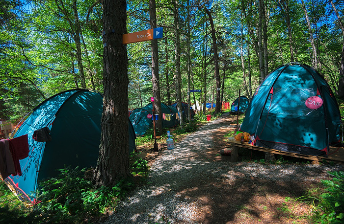 Проживание туристов было организовано на базе палаточного лагеря, разделенного на две зоны — для молодежного и семейного отдыха.