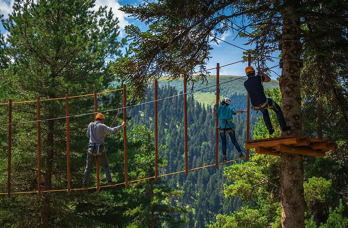 Веревочный парк  для гостей палаточного лагеря.