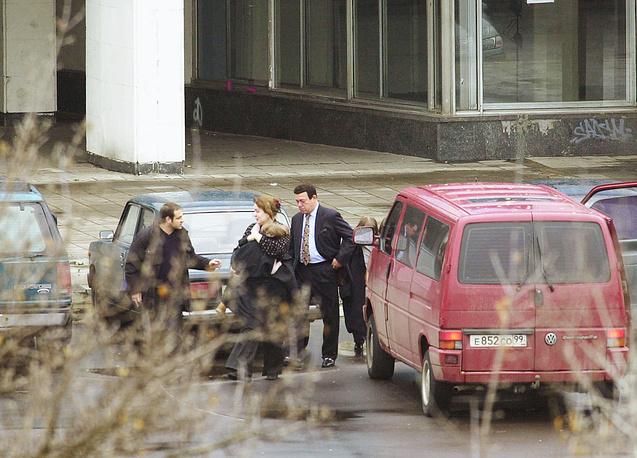 24 октября в здание театрального центра боевики пропустили депутата Госдумы РФ от Чеченской Республики Асламбека Аслаханова, депутата Госдумы и певца Иосифа Кобзона (на фото), британского журналиста газеты The Sunday Times Марка Франкетти. Переговорщики вывели из здания несколько человек
