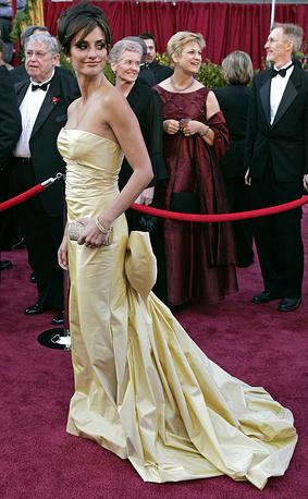 """Актриса Пенелопа Крус в платье от Оскара де ла Ренты на церемонии вручения премии """"Оскар"""" в Лос-Анджелесе, 2005 год"""