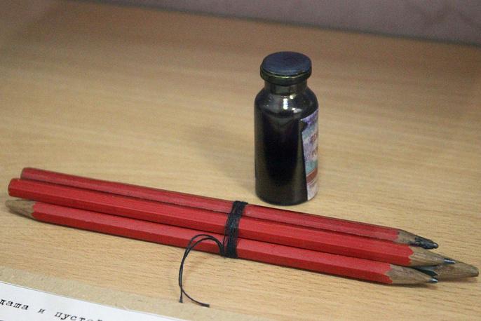 Вещдок. 4 карандаша и пустой флакон из-под чернил
