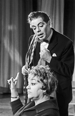 Аркадий Райкин с супругой Руфь Йоффе-Райкиной во время спектакля, 1963 год