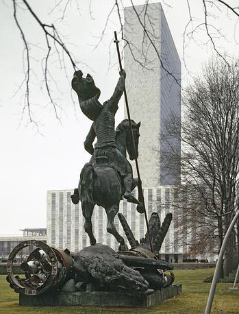 """Монумент """"Добро побеждает Зло"""", символизирующий окончание холодной войны. Высота - 16 м. Установлен перед зданием ООН в Нью-Йорке, США, 1990 год"""