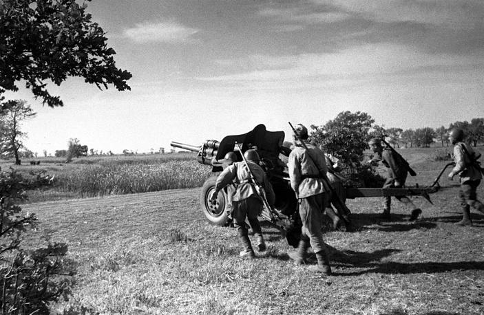 В результате операции был полностью освобожден Донецкий бассейн. На фото: Южный фронт, 1943 год. Артиллеристы меняют огневую позицию