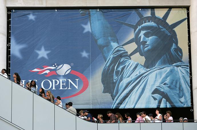 Логотип Открытого чемпионата США по теннису на фоне изображения статуи Свободы в Нью-Йорке