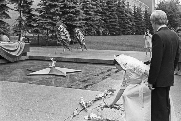 Молодожены возлагают цветы к Могиле Неизвестного Солдата в Александровском саду, 1974 год