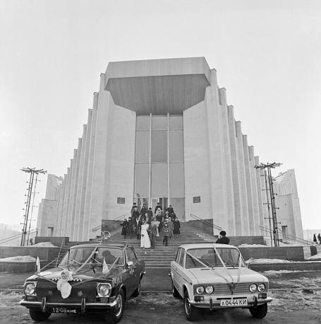 Молодожены у Дворца бракосочетания на Брест-Литовском проспекте в Киеве, 1982 год