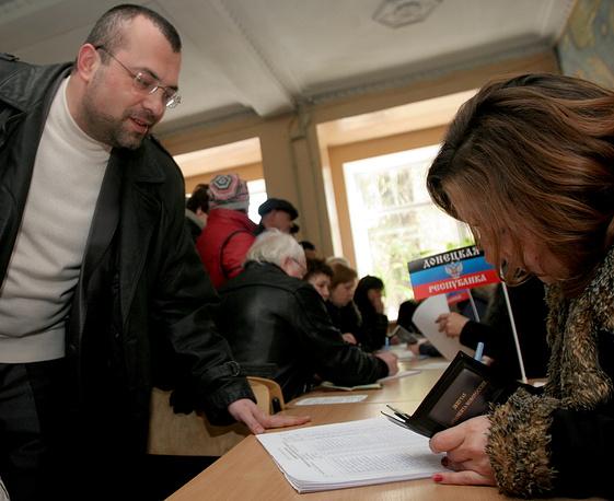 Кандидат на пост главы ДНР Александр Кофман во время голосования на выборах главы ДНР и депутатов Народного Совета республики