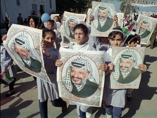 "На протяжении многих лет слова ""Арафат"" и ""Палестина"" оставались синонимами. На фото: палестинские школьницы с портретами Арафата, 1995 год"