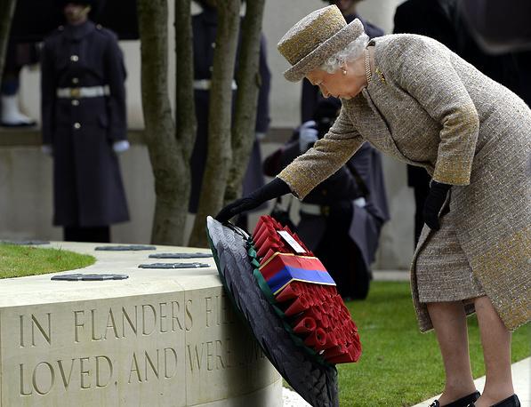 """Королева Великобритании Елизавета II во время посещения мемориала """"Поля Фландрии"""" в казармах Веллингтона в Лондоне"""