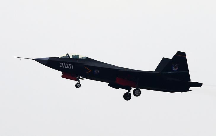 Как отметили в оргкомитете выставки, на нынешнем авиасалоне особый упор сделан на демонстрацию боевых самолетов и вертолетов, а также продукции военного назначения (ПВН). На фото: китайский экспортный истребитель пятого поколения J-31