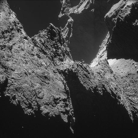 Утесы на малой доле кометы, снятые с расстояния  9,8 км