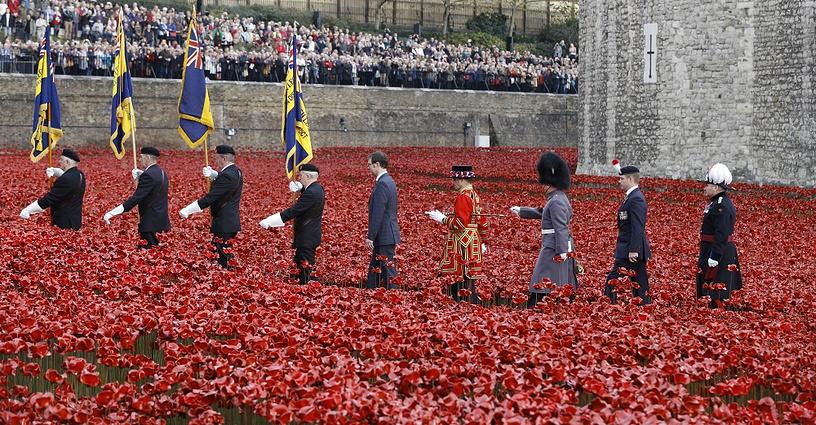"""11 ноября в Западной Европе отметили годовщину подписания Компьенского перемирия, окончившего Первую мировую. На фото: инсталляция """"Окровавленные земли и алые моря"""" в память о каждом солдате, погибшем под флагом Британии в Первой мировой войне, Лондон"""