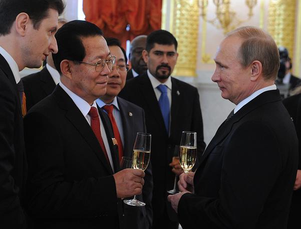 Посол Корейской Народно-Демократической Республики Ким Хен Чжун беседует с Владимиром Путиным