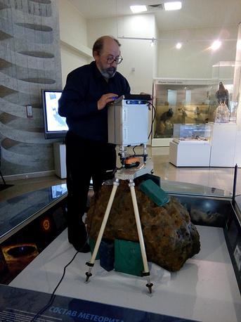 Ученые измеряют массу метеорита
