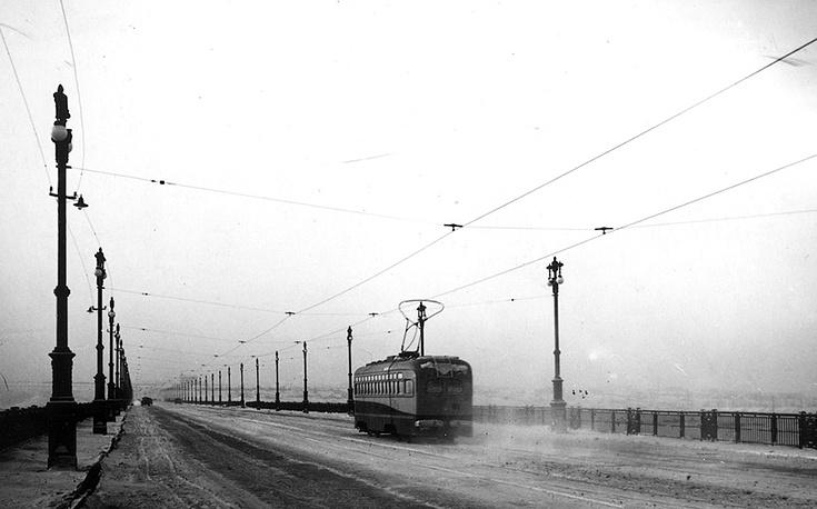Трамвай на Коммунальном мосту в Новосибирске