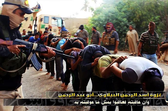 """Иракские военные в штатском, захваченные в плен боевиками из группировки """"Исламское государство Ирака и Леванта"""" (ИГИЛ), провинция Салах-эд-Дин, 15 июня"""