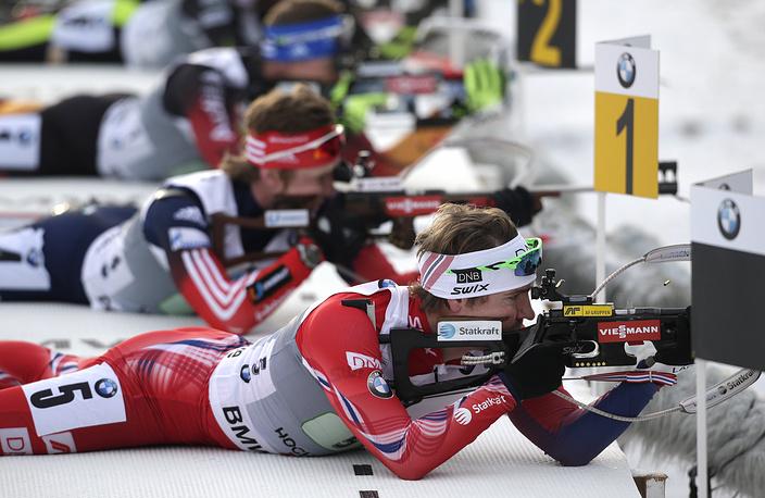Представитель сборной Норвегии Эмиль Хегле Свендсен (на первом плане) во время эстафеты на этапе Кубка мира в Австрии