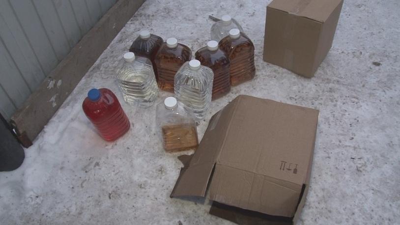 Образцы контрафактного алкоголя, изъятые на месте преступления
