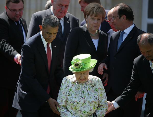 Президент США Барака Обама, королева Великобритании Елизавета II, канцлер ФРГ Ангела Меркель и президент Франции Франсуа Олланд на церемонии фотографирования у замка Бенувиль перед началом празднования 70-летия высадки союзников в Нормандии, 6 июня. Михаил МЕТЦЕЛЬ: Королева Великобритании Елизавета II была самым старшим, самым привилегированным и, пожалуй, самым трогательным гостем, что чувствовалось на протяжении всей церемонии. Момент на снимке отражает глубокое почтение к королеве со стороны лидеров государств