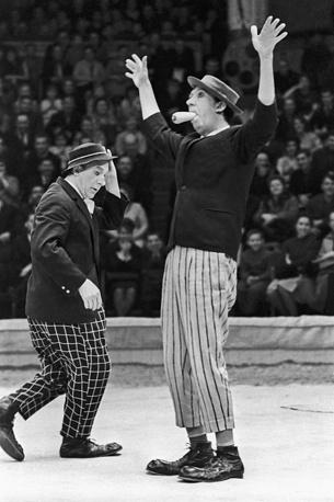 На арене цирка выступают клоуны Юрий Никулин и Михаил Шуйдин, 1967 год