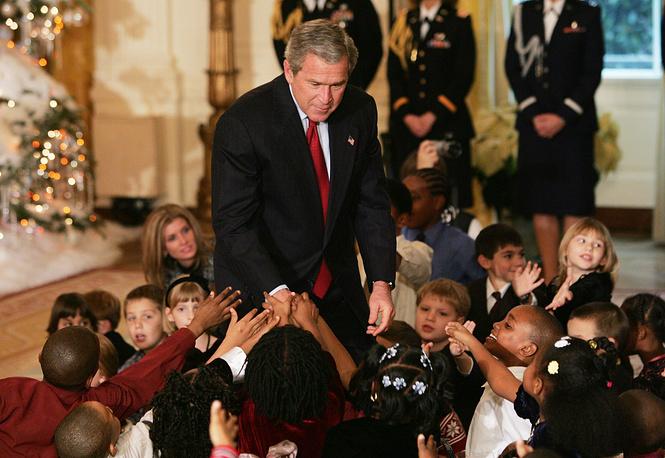 Президент США Джордж Буш и школьники в Восточном зале на детском рождественском приеме в Белом доме, 2004 год