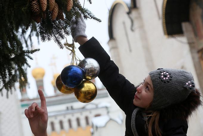 Оставшиеся шары россыпью покрывают 30-метровое новогоднее дерево