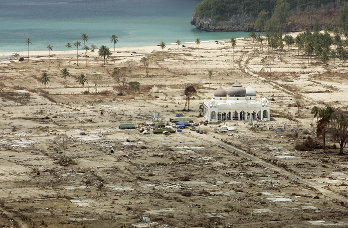 Число погибших от цунами составляет около 300 тыс. человек. На фото: мечеть Лампуук в провинции Ачех, Индонезия