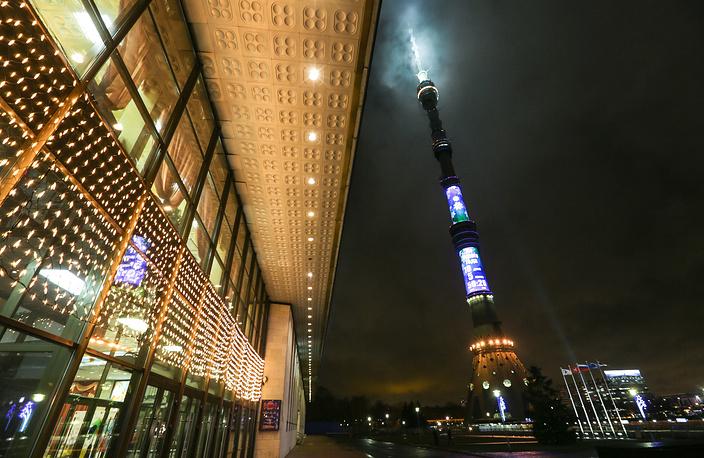 Самые большие в стране новогодние часы на Останкинской телебашне