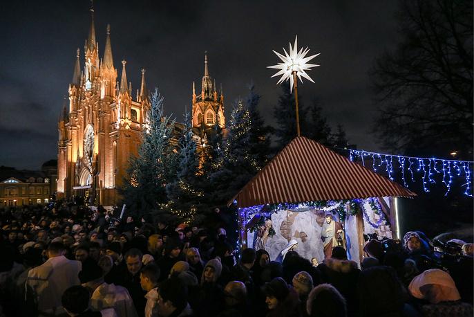 Во время мессы навечерия Рождества у Римско-католического кафедрального собора Непорочного зачатия Пресвятой Девы Марии в Москве, 24 декабря
