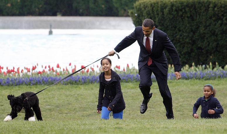 Президент США Барак Обама с дочерьми и собакой Бо, 2009 год