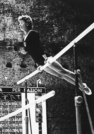 Лариса Латынина выступает на летних Олимпийских играх в Риме, 1960 год. На римской Олимпиаде Латынина стала трехкратной чемпионкой, выиграв в абсолютном первенстве, вольных упражнениях и командном первенстве