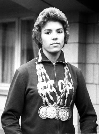 Заслуженный мастер спорта СССР, абсолютная чемпионка XVII Олимпийских игр по гимнастике Лариса Латынина, 1960 год. В детстве Латынина занималась балетом в хореографической студии, после закрытия которой занялась спортивной гимнастикой
