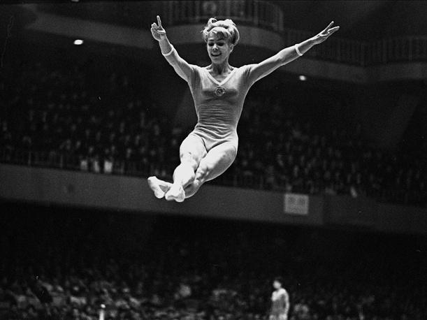 XVIII Олимпийские игры в Токио, 1964 год. Вольные упражнения выполняет Лариса Латынина (СССР), занявшая второе место в многоборье. На токийской Олимпиаде Латынина стала двукратной чемпионкой, выиграв золото в вольных упражнениях и командном первенстве