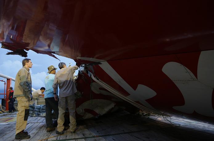 """11 января спасатели обнаружили на дне Яванского моря """"черный ящик"""" самолета. Самописец находился под крупным обломком лайнера А320-200"""