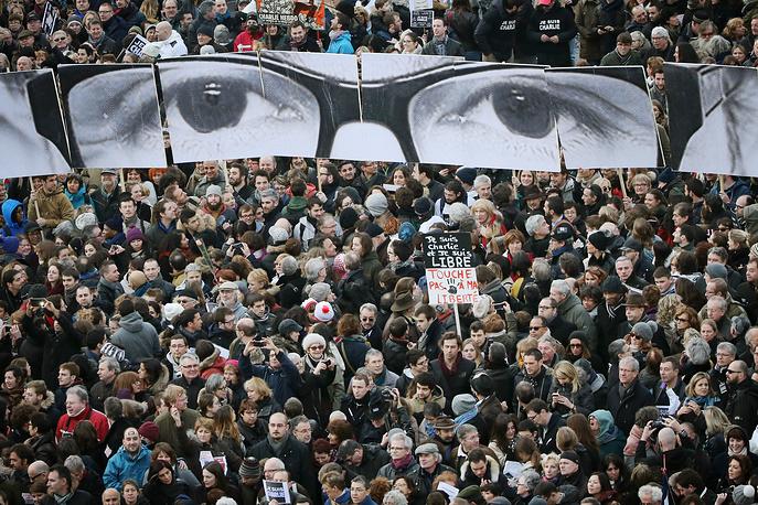 Участники марша на площади Республики