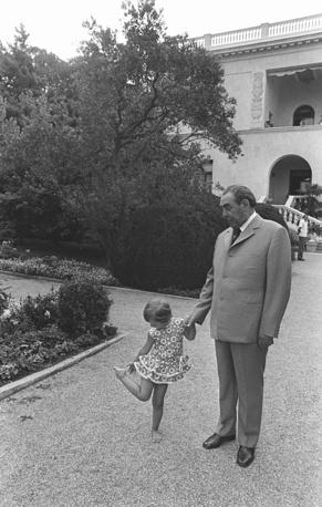 Генральный секретарь ЦК КПСС Леонид Ильич Брежнев с правнучкой Галей в Крыму, 1976 год