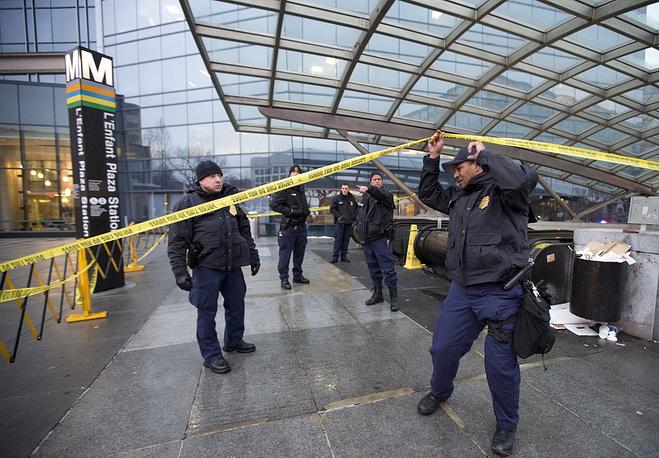 """Днем 12 января в одном из туннелей около станции вашингтонского метро """"Ланфан-плаза"""" возникло сильное задымление. Сотрудникам подземки пришлось срочно эвакуировать со станции сотни человек. Около 60 человек, у которых возникли проблемы с дыханием, были доставлены в больницы"""